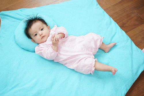 赤ちゃんの頭の形をまんまるに近づけるよう設計された『まんまる枕』新登場!
